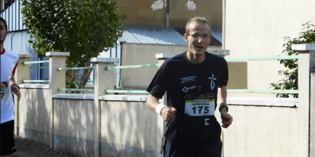 Le père Timothée participe à un super marathon, un message du Christ sur son maillot